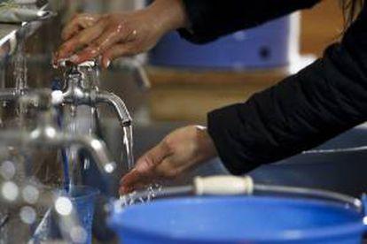 España, que está entre los países con menos recursos hídricos de Europa, cuenta con una de las facturas de agua más baratas de la zona, destacó hoy la Asociación Española de Abastecimiento de Agua y Saneamiento (Aeas), que celebra su 40 aniversario. EFE/Archivo