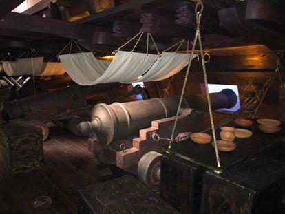 Recreación de la zona del galeón donde comían, dormían y preparaban los cañones los artilleros.