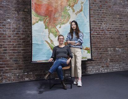 A la izquierda Stefanie Meyer, directora de la empresa Chinnect, junto a una empleada china, en Duisburgo.