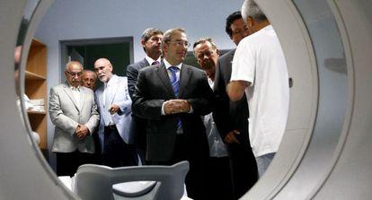 El consejero de Sanidad, Luis Rosado, durante su visita al Hospital Provincial de Castellón.