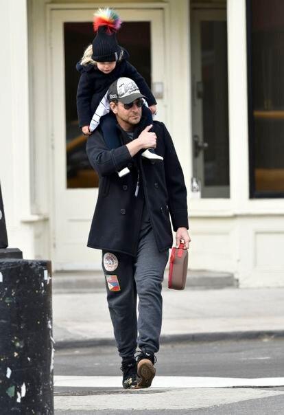Bradley Cooper y su hija Lea de Seine, en Nueva York.