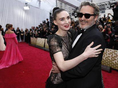 Joaquin Phoenix y Rooney Mara, en Los Ángeles (EE UU), el domingo.