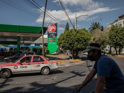 Un taxi pasa frente a una gasolinera de Petróleos Mexicanos (Pemex) en la Ciudad de México, México, el jueves 1 de octubre de 2020.