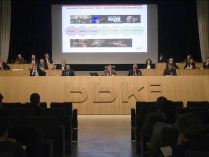 Mario Fernández, en el centro, dirigiéndose a la asamblea general de BBK.