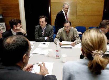 El presidente del Gobierno canario, Adán Martín, de pie, durante una reunión del Comité Permanente de CC.