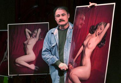 Tom Kelley Jr., hijo del fotógrafo Tom Kelley, posa en la sala de subastas Butterfields de Los Ángeles con varias fotografías de Marilyn Monroe de la serie 'Red Velvet' ('Terciopelo rojo'), tomadas por su padre en 1949, en una imagen de 2001.