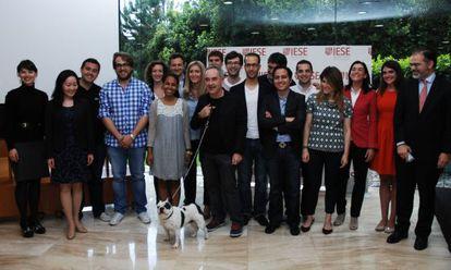 Ferran Adrià con los alumnos del IESE, el profesor Julián Villanueva y Lola, la perra cuya imagen será el logotipo del proyecto.