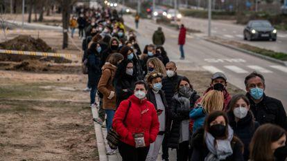 Cientos de personas hacen cola para ser vacunadas, este lunes en el exterior del hospital Isabel Zendal (Madrid).