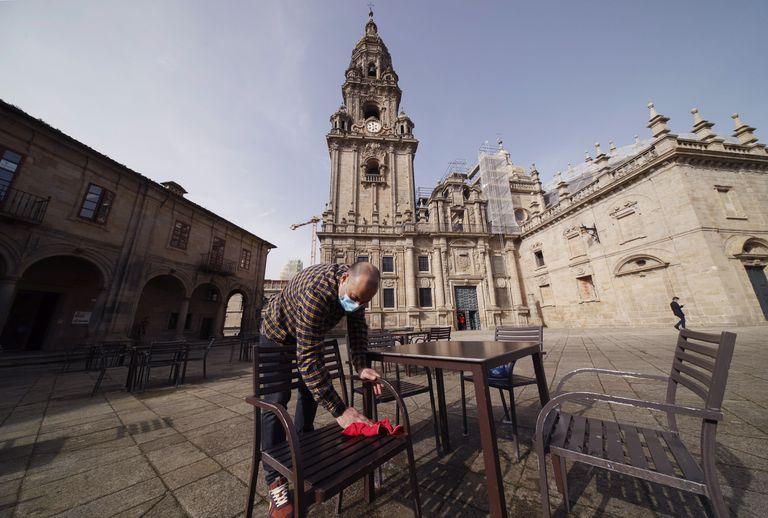 Un camarero preparando una terraza de un bar en la plaza de A Quintana en Santiago de Compostela (Galicia) el pasado viernes.
