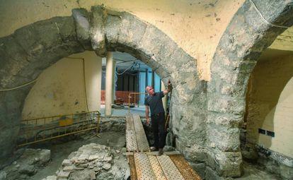 Arturo Ruiz de Taboada, entre los arcos del edificio monumental identificado debajo de la mezquita.