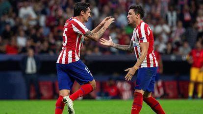 Savic y Giménez celebran un gol del Atlético de Madrid.