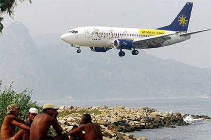 Un avión de Varig, a punto de aterrizar en Rio de Janeiro.
