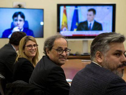 De izquierda a derecha, Elsa Artadi, portavoz del Govern, el president Quim Torra y el portavoz de Junts per Catalunya, Albert Batet, en la reunión de este viernes en el Parlament.