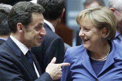 El presidente francés Sarkozy charla con la canciller alemana Merkel en la cumbre comunitaria celebrada en Bruselas el 25 de marzo pasado.