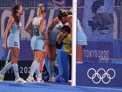 Las jugadoras argentinas consuelan a la arquera, Belén Succi, tras la derrota ante Holanda en la final de hockey sobre hierba.