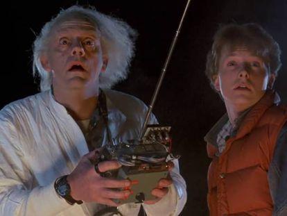 Doc y Marty McFly en una escena de la primera película de 'Regreso al futuro'.