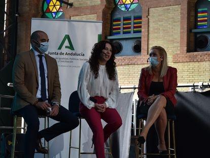 La consejera de Igualdad, Rocío Ruiz, en el centro, durante la presentación de la nueva agenda política centrada en la implicación de los hombres en la lucha por el feminismo.