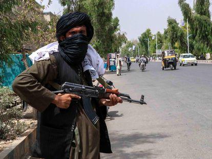 Talibanes patrullan las calles de Kandahar este jueves durante la celebración del 102º aniversario de la independencia de Afganistán.