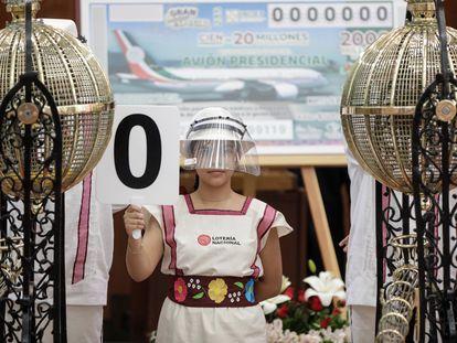 Una niña sostiene el número cero durante la rifa simbólica del avión presidencial mexicano, este martes.