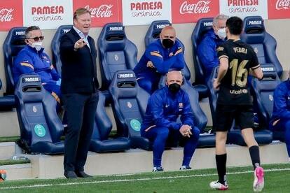 Koeman habla con Pedri durante el partido ante el Villarreal.