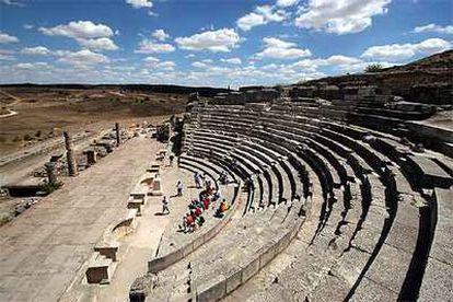 El teatro romano de Segóbriga, cerca de Saelices (Cuenca), terminó de construirse en el siglo I y tenía capacidad para 2.000 espectadores. Desde la A-3 se accede al yacimiento arqueológico por la salida 103.