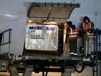 El primer embarque de AstraZeneca que envió EE UU a México, el domingo.