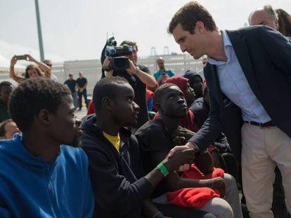 Pablo Casado durante su visita ayer al puerto de Algeciras.