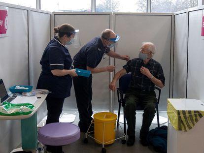 Un hombre de 67 años recibe este jueves la vacuna de AstraZeneca en una estación de bomberos de Hampshire (Reino Unido).