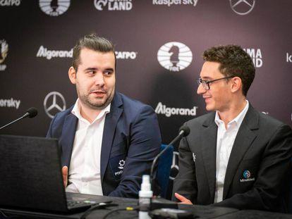 Ian Niepómniachi, a la izquierda, y Fabiano Caruana durante la conferencia de prensa de hoy tras su empate en Yekaterimburgo (Rusia)