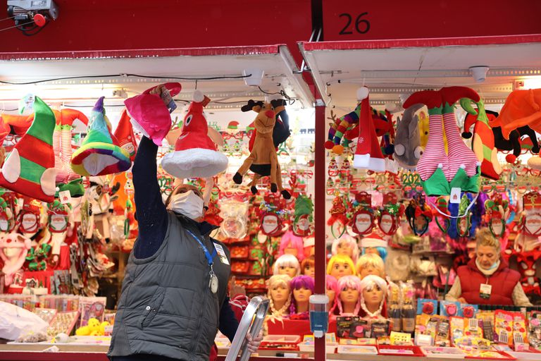 Un vendedor acondiciona su puesto en el mercadillo navideño de la Plaza Mayor de Madrid, este viernes.