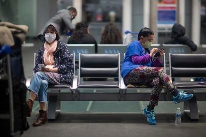 Pasajeros esperan en el interior de la terminal II del Aeropuerto Internacional de Ciudad de México, el pasado 21 de marzo del 2020.