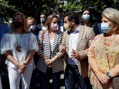 La portavoz parlamentaria del PP, Cuca Gamarra (con chaqueta de rayas) conversa con el diputado de Ciudadanos Miguel Gutiérrez, este domingo frente al Congreso de los Diputados.