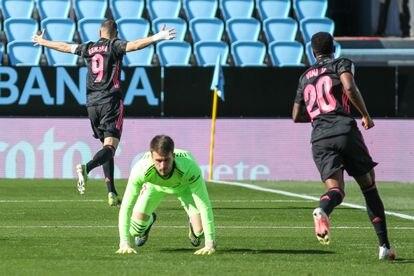 Benzema y Vinicius celebran un gol del francés este sábado en Balaídos.