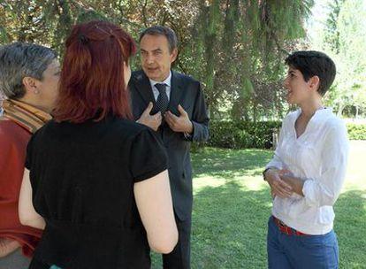 Zapatero, en los jardines de La Moncloa con Isabel Gutiérrez, Laura Ungo (de espaldas), Marcela Aragüez y Alfredo Badolato.