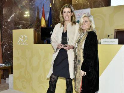 Manuela Lara, directora de I+D+i de Santillana recoge el premio entregado por Irene Navarro, vicepresidenta de CEX.