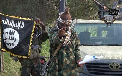Captura de vídeo de 2014 donde aparece Abubakar Shekau junto a otros miembros de Boko Haram.