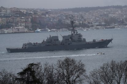 El destructor estadounidense 'Thomas Hudner' atraviesa el estrecho del Bósforo en dirección al mar de Mármara el pasado 23 de marzo.