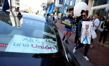 Protesta enfrente de la sede de Uber en San Francisco a favor de la ley AB5.