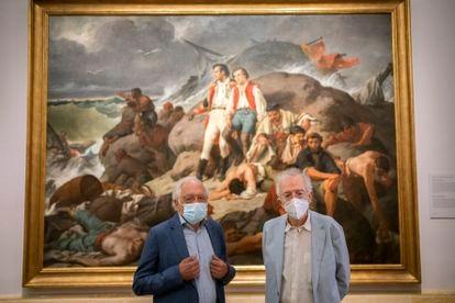 José Álvarez Junco y Juan Pablo Fusi (derecha), ante el cuadro 'Episodio de Trafalgar' (1862), de Francisco Sans Cabot, el pasado 17 de julio en el Museo del Prado.