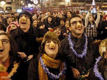 Centenares de personas se toman las uvas en el primer ensayo de las campanadas de Nochevieja.