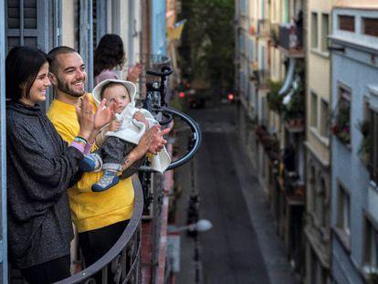 Una familia aplaude desde el balcón en el homenaje diario a los sanitarios, durante el confinamiento.
