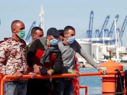 Cinco de las 54 personas rescatadas por Salvamento Marítimo este miércoles en aguas del Estrecho.
