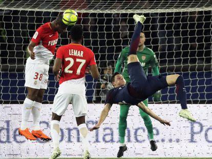 Draxler trata de rematar contra el Mónaco.