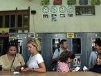 Un grupo de inmigrantes en una oficina de envío de dinero ubicada en Torre Pacheco (Murcia).