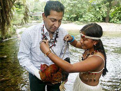El presidente electo de Ecuador, Lucio Gutiérrez, recibe un collar de una joven indígena en la localidad de Tena.
