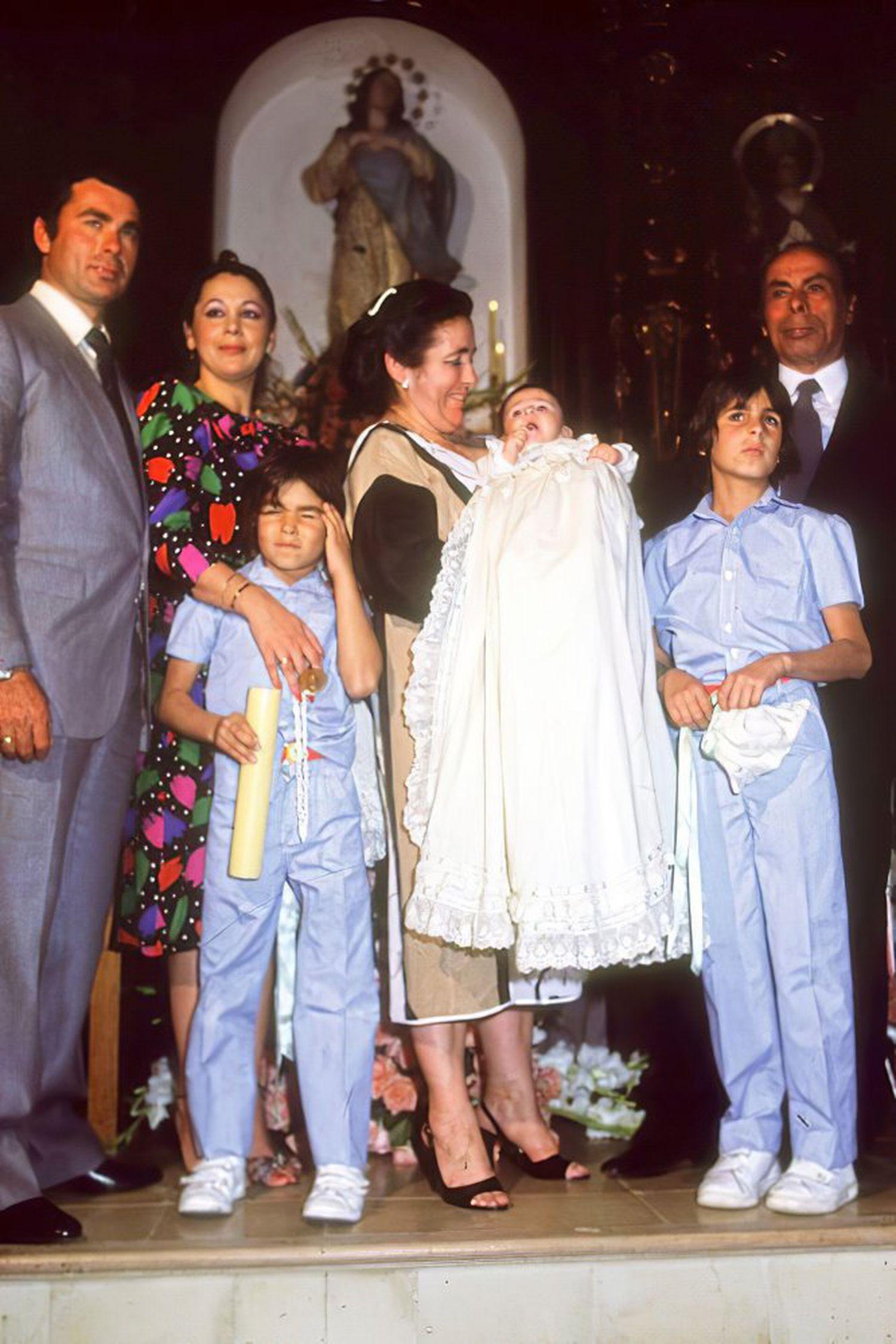 El 9 de febrero de 1984 nació Francisco José Rivera Pantoja, Kiko Rivera, Paquirrín para todo el mundo. En la imagen, Francisco Rivera Paquirri e Isabel Pantoja, junto a los dos hijos de su marido, Cayetano y Fran, y sus padres, Ana, con el recién nacido en brazos, y Juan.