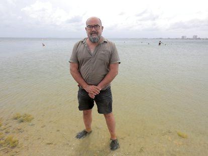Juan Manuel Ruiz, investigador del Instituto Español de Oceanografía, este martes en el mar Menor.