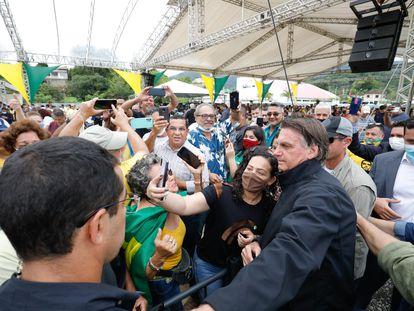 El presidente brasileño Jair Bolsonaro se fotografía con seguidores en Miracatau, el 13 de octubre.