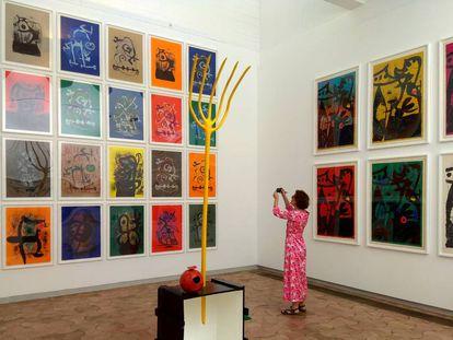 Dos de las series de Joan Miró, de 1969. En el centro, 'Mujer y pájaro' (1965)