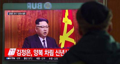 Un hombre sigue en televisión el discurso de Año Nuevo del líder norcoreano, Kim Jong-Un, el pasado 31 de diciembre en Seúl.